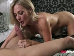 Чувак записал порно-инцест с тетей-блондинкой