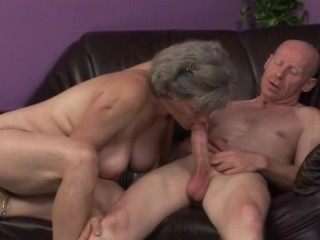 Дедушка трахает бабушку, с большими сиськами, старым членом
