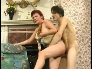 Мамаша учит сына сексу на любимом диванчике и ублажению зрелых дам