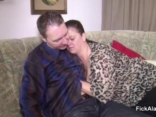 Нескромная мамаша соблазнила сына на секс и отсосала ему