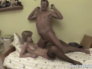 Отец трахает дочь, пока мама спит в другой комнате