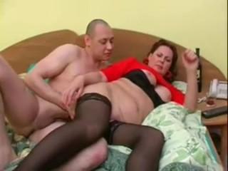 пьяная зрелая баба ебется с молодым парнем