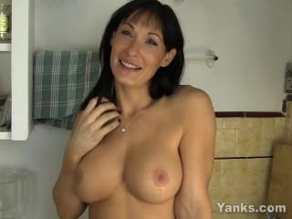 зрелая госпожа мастурбирует себе пизду об раковину