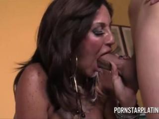 Приёмный сын трахает зрелую мать в пизду в разных позах