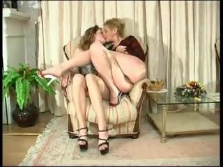 Русское порно: мама и дочка лесбиянки устроили дома секс