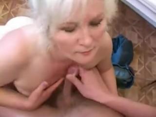 Русское порно: мамаша соблазнила сына и получила от него секс