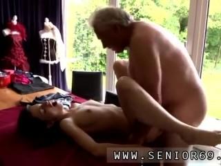 Секс: старик и молодая девушка с упругой грудью