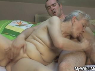 Семейный секс: внук и бабушка трахаются на кровати