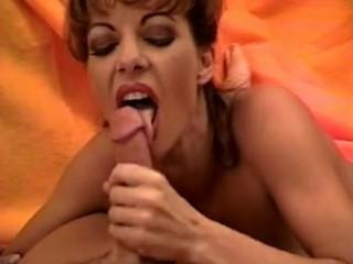 Симпатичный мужчина любит порно с молодыми шлюхами