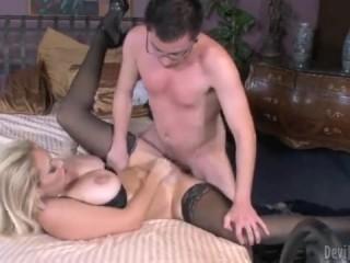 Смотрите порно: мама с зятем ебутся на кровате