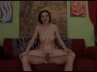 Сын трахает маму в жопу своим членом после мастурбатора