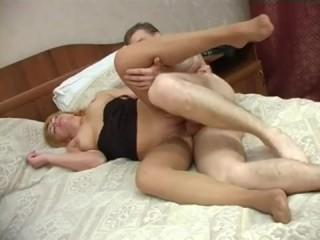 Инцест: тетя соблазнила молодого племянника в спальне