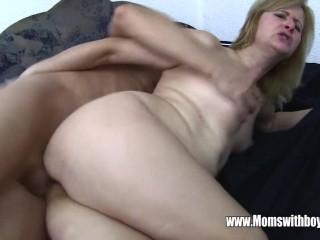 Мамаша трахается с сыном застукав его за просмотром порнухи