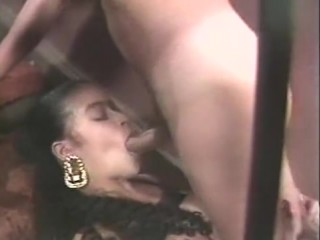 Мужик засадил девушке на лестнице, предварительно оттрахав в рот