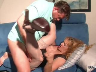 Парень трахает маму с большими сиськами на диване