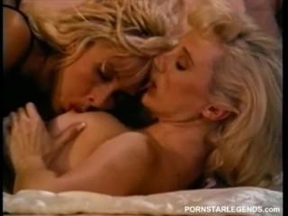 Ретро лесбийский секс - девки трутся письками дома на кровати