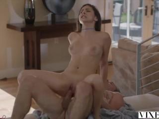 Старик трахает молодую девушку в её сексуальную писечку