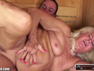 Ебля старой бабушки с молодым парнем в жаркой сауне