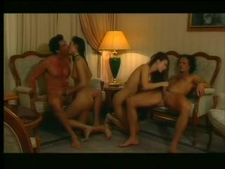 Голые зрелые пары занимаются сексом в гостинице