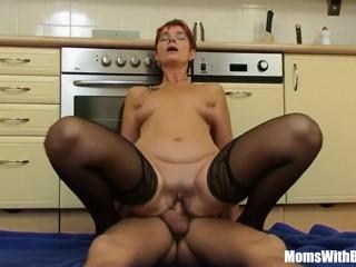 Молодой сын ебёт маму на кухне в пизду и анал