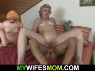 Мололдой парень хотел устроить секс с надувной женщиной
