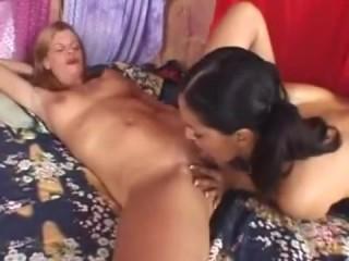 Нарезки: мама и дочка занимаются сексом, лижут пезды и трахаются самотыками