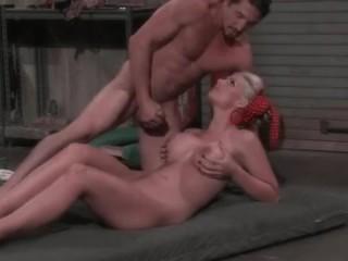 Порно ролики онлайн: молоденькие телочки трахаются в автосервисе
