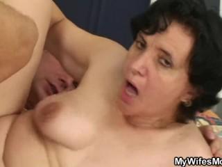 Порно со зрелой тещей: страстный трах в волосатую пизду