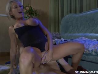Секс русский: тетя и племянник трахаются на полу