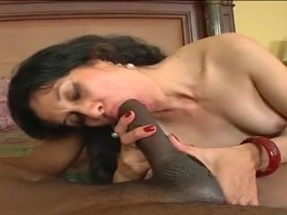 Секс с сочной женщиной-латиной закончился для негра ярким оргазмом