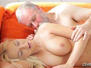 Старик трахает девушку, которая приходится ему дочкой