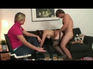 Сын трахает родную маму в присутствии собственной жены