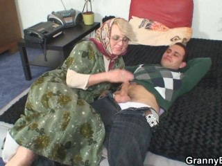 Внук выебал бабушку по первому её звонку в дряхлую пизду