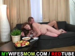 Зрелая бабушка и внук ебутся в киску на диване