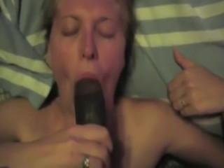 Оральный секс: девушка с членом чернокожего парня во рту