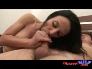 мама заставляет сына заняться с ней сексом