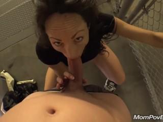 зрелая дамочка занимается сексом с парнем в подъезде