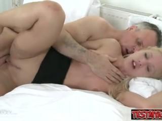 Смотреть порно инцест: отец трахает дочь в бритую пизду