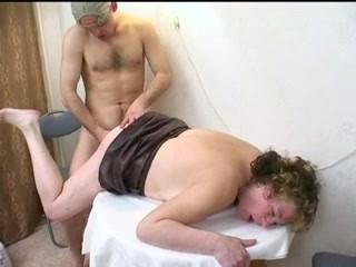 Инцест: пьяный сынок выебал мамашу и дал ей в рот