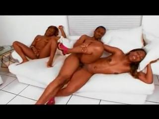 Негритянское порно: мать, дочь, парень ебутся на диване