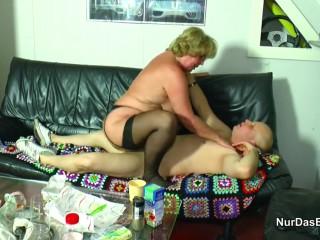 Опытная немецкая бабушка учит внука сексу подставляя свою пизду под его член