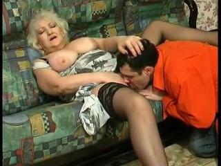 бабушка дрочит внуку и дает ему себя выебать