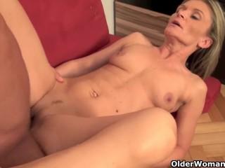 Порно с зрелой бабой, которая скачет на стоячем члене
