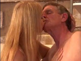 старик ебет молодую сексуальную блондинку