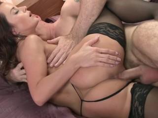 Сексуальная девушка трахается со зрелым любовником мамы