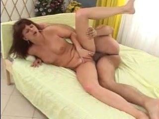 Мужики в подборке порно со зрелыми кончают внутрь разным бабам