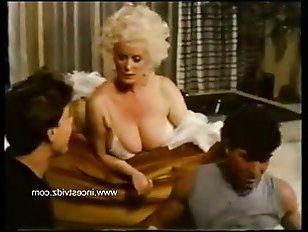 Настойчивый сын уговорил маму на секс в пизду