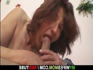Пошлый зять в порно ебет маму своей девушки в рот и пизду