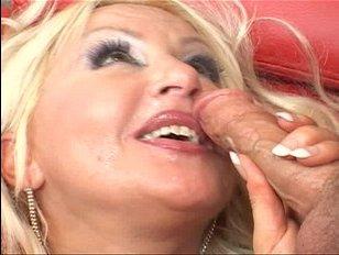 Секс: мама и друг сына развлекаются по полной программе