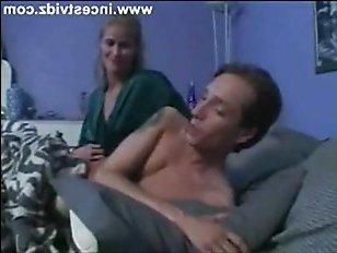 Смотреть порно видео: мама и сын красиво ебутся на кровати